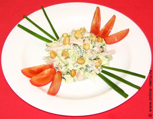 салат из овощей с курицей и орехами