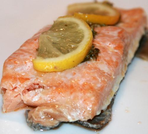 лосось в зеленом масле