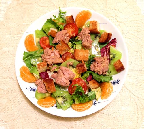 Салат с тунцом, мандаринами и киви в абрикосовом соусе