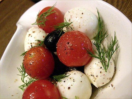 Салат из помидоров, яиц и моцареллы