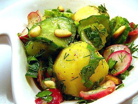Картофельный салат с редисом и огурцами