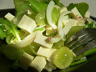 салат с кальмарами и виноградом