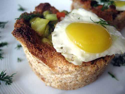 гнезда из хлеба с овощами и яйцами