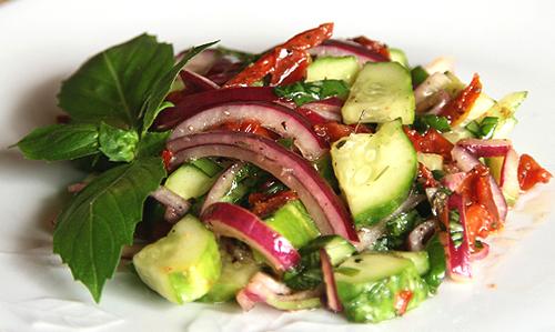 салат из огурцов и вяленых помидоров