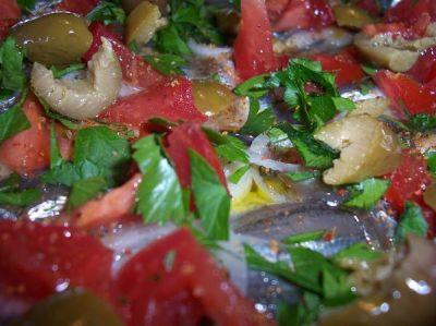 килька с оливками и помидорами