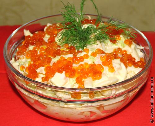 салат с кальмарами, креветками и икрой