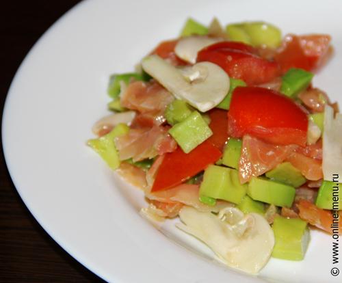 салат из авокадо, лосося и свежих шампиньонов