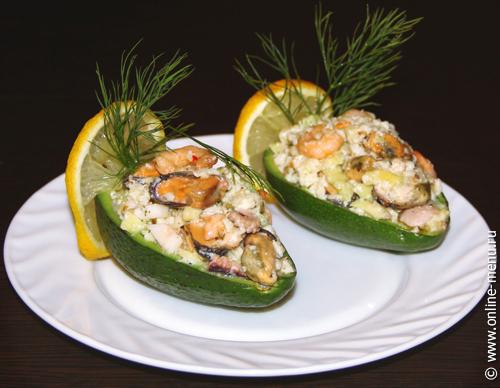 лодочки из авокадо с морским коктейлем