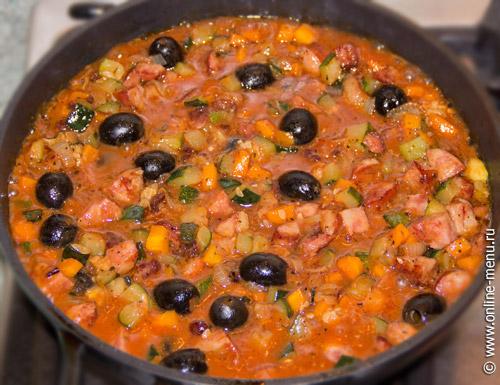 , посолить, поперчить, добавить маслины и специи.